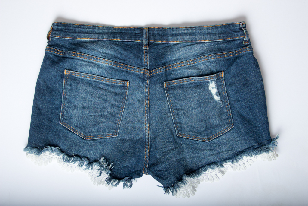 upcycling jeansshorts mit spitzemeine kreative seite. Black Bedroom Furniture Sets. Home Design Ideas